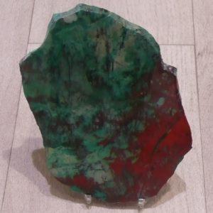 plaque de calcaire fracturé incrustée de cuprite et de malachite